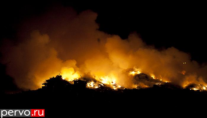 В Первоуральске горит свалка ТБО. Видео