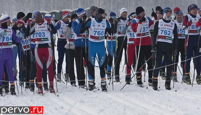 На старт традиционного лыжного марафона «Европа—Азия» в этом году вышли 800 человек. Видео