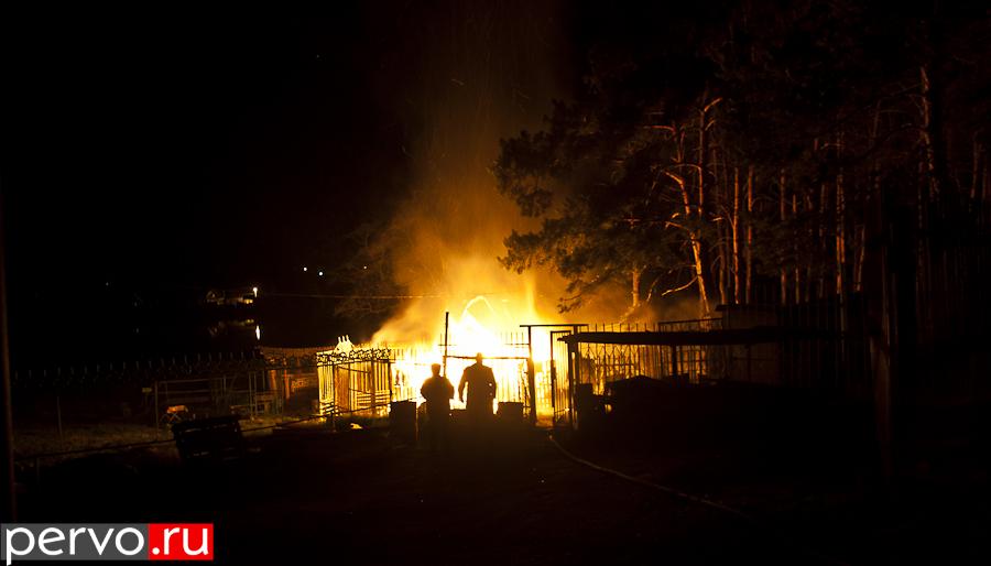 В Первоуральске на лодочной станции сгорел домик сторожа. Видео