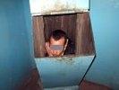 Тюменец застрял в мусоропроводе, пролетев по нему три этажа: пытался скрыться от подруги