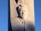 В Екатеринбурге облили краской памятник Ельцину и сбили буквы на постаменте