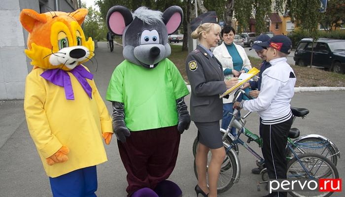В рамках операции «Внимание, мопед!» ГИБДД Первоуральска выпустили на тротуары гигантскую мышь