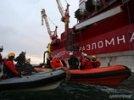 """""""Газпром"""" победил Greenpeace: моряки, сбросив экологов в воду, прекратили акцию у """"Приразломной"""""""