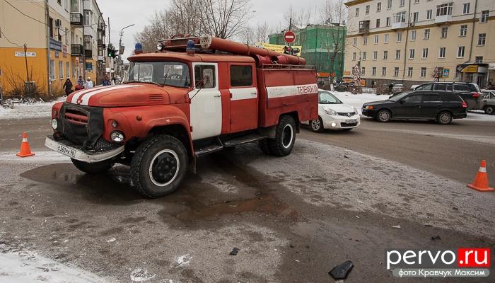 В Первоуральске в центре города пожарная машина спровоцировала ДТП. Видео