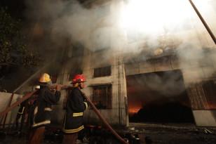Число жертв пожара на швейной фабрике в Бангладеш превысило 120